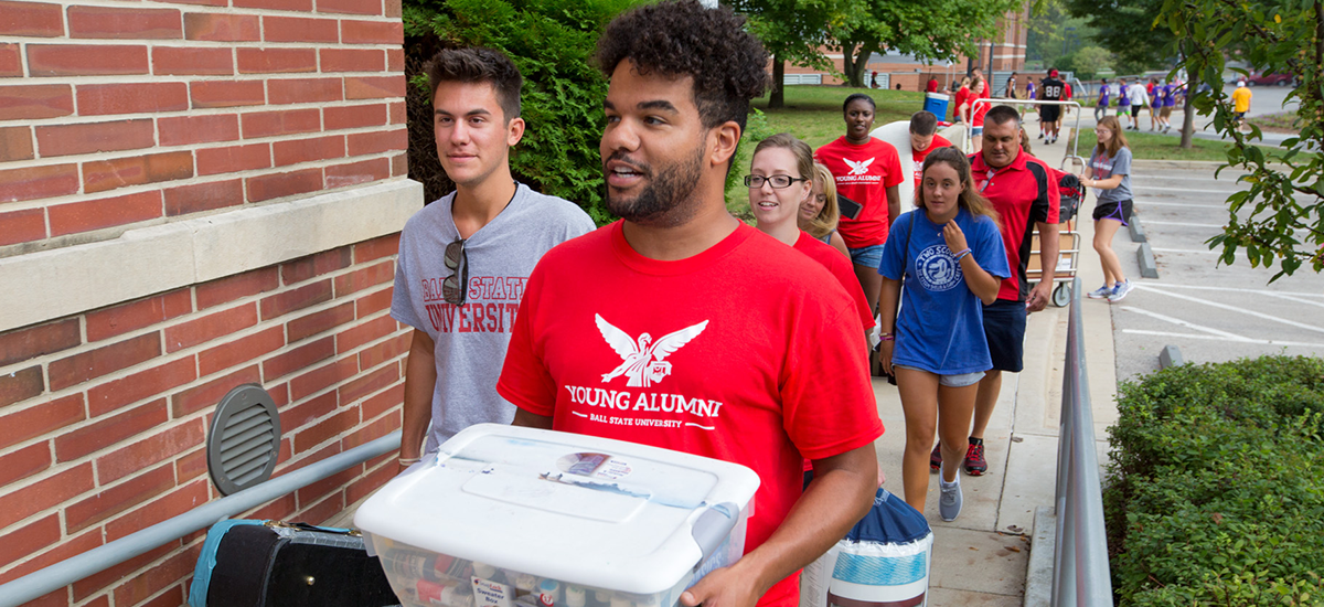 Alumni helping move in
