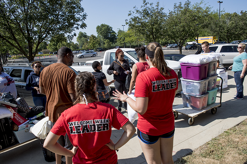 Welcome Week Leaders helping students move in